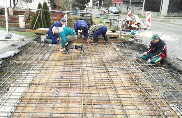 Jasenovčania postavili svojpomocne nový most za dva dni.