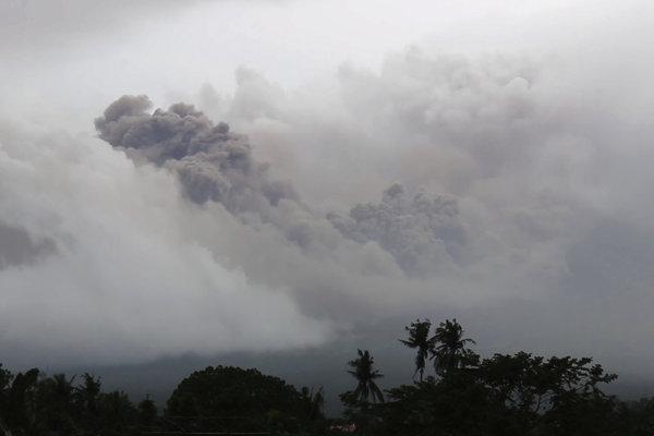 Filipínska sopka Mayon chrlí popol a čoskoro môže vybuchnúť.