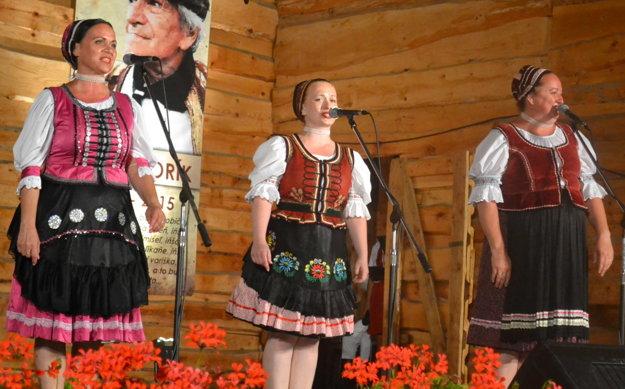 Spevácka zložka. Zľava Zdenka, Barbora a Andrea.
