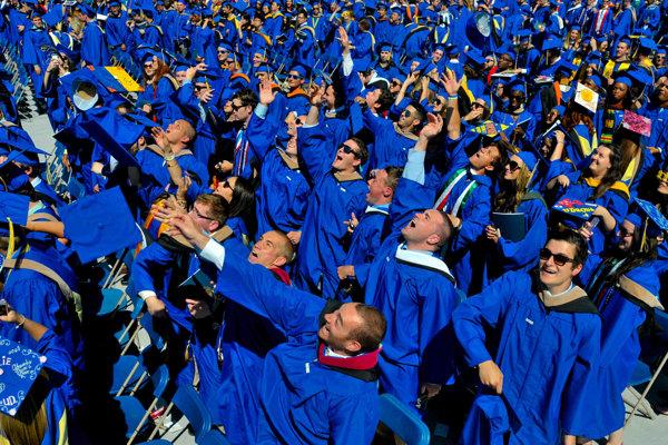Poskončení štúdia v zahraničí čaká študentov rozhodnutie, či sa vrátiť domov.