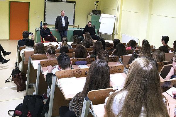 Študentov beseda nadchla. Na diskusiu sodborníkmi im boli málo dve vyučovacie hodiny.