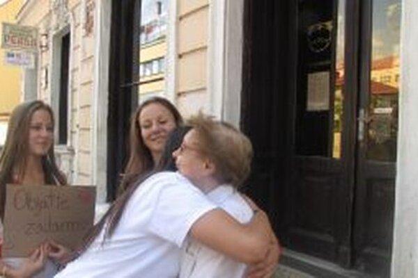 Pani Elenu Bartošovú objatie študentiek príjemne prekvapilo. Nemá už takmer žiadnych blízkych.