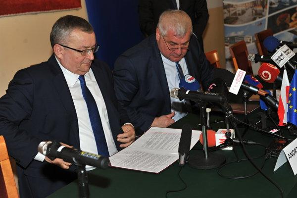 Minister dopravy a výstavby SR Árpád Érsek (vpravo) a minister infraštruktúry Poľskej republiky Andrzej Adamczyk (vľavo) podpísali v poľskom meste Źywiec spoločné vyhlásenie v oblasti najdôležitejších dopravných investícií na slovensko-poľskom pohraničí, v ktorom potvrdzujú potrebu pokračovania v príprave výstavby diaľnice D3 a rýchlostnej cesty S1 v Poľsku.
