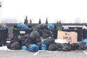 Vrecia s odpadom boli takto pohádzané okolo smetiakov.