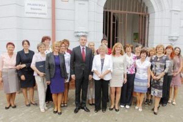 Minister Pellegrini s pedagógmi pred školou, ktorú kedysi sám navštevoval.