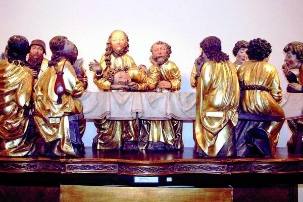 Posledná večera na hlavnom oltári. Majster Pavol sedí vľavo a má čiapku na hlave.