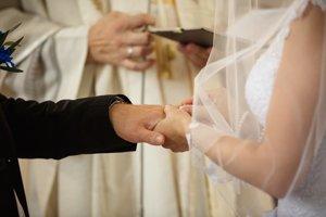 Veriacim sa nepáči nový poplatok za cirkevný sobáš, ale ani civilný mimo úradu nie je zadarmo.
