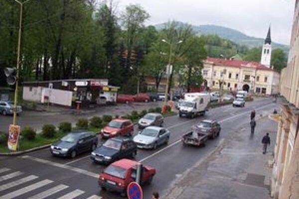 Zo severnej časti námestia odstránia dva objekty.