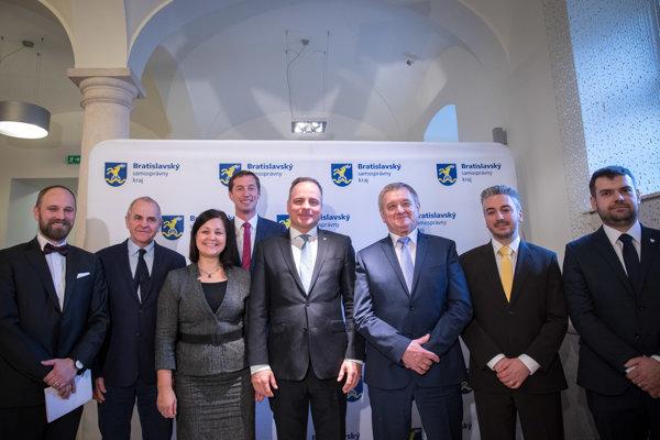 Predsedovia vyšších územných celkov počas stretnutia v Bratislave.
