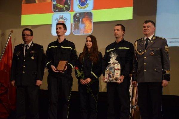 Trojica dobrovoľných hasičov z Hodruše-Hámrov. Ocenenie si prevzali z rúk hasičského prezidenta Alexandra Nejedlého (vpravo).