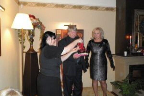 Beletristické dielko Svokra pokrstil Henriete Blumenfeldovej a Kataríne Halagovcovej na sklonku minulého roka herec Ivan Palúch. Teraz prišiel na rad kalendár o zdravom chudnutí