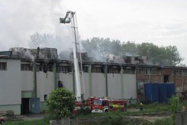 Požiar vypukol vo výrobnej hale.