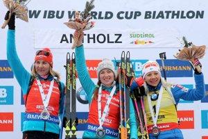 Zľava Anastasia Kuzminová, Darja Domračevová a Kaisa Mäkäräinenová.