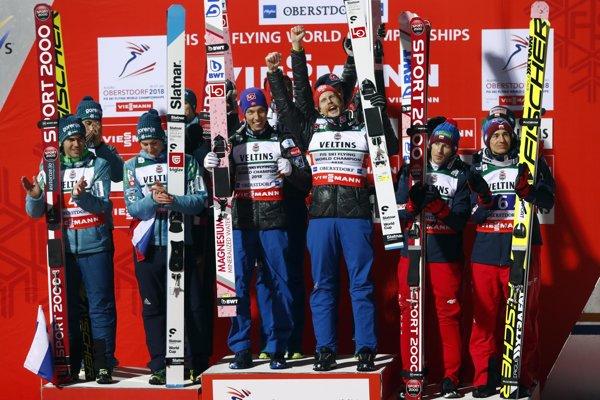 Nóri (v strede) sa radujú z titulu majstrov sveta.