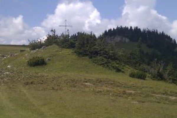 Pietny kríž už v masíve Krížnej stojí, pamätné miesto obetiam hôr posvätia najbližší víkend. Súčasťou bude bohatý program