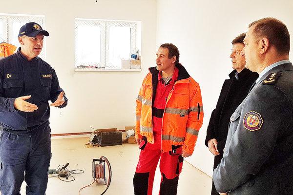 Dušan Bakoš (vľavo) vysvetľuje krajskému riaditeľovi Jaroslavovi Kapusniakovi aštátnemu tajomníkovi Rudolfovi Urbanovičovi postup prác.