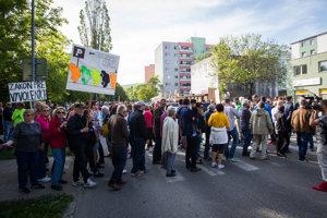 Novomešťania protestovali pred bytovkou už trikrát.