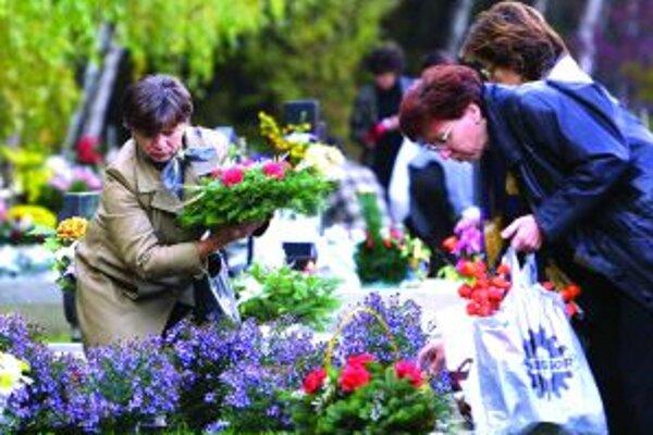 Počas Dušičiek upozorňujú správcovia cintorínov na nezaplatené hroby.
