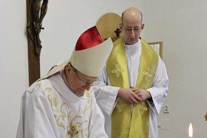 Nového vojenského duchovného uviedol do úradu biskup František Rábek (vľavo).