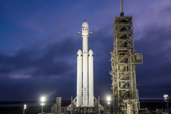 Falcon Heavy počas príprav na prvé testy.