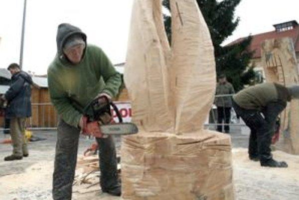 Minulý týždeň sa dali sochy v dreve skôr tušiť, postupne nadobúdajú umeleckú podobu