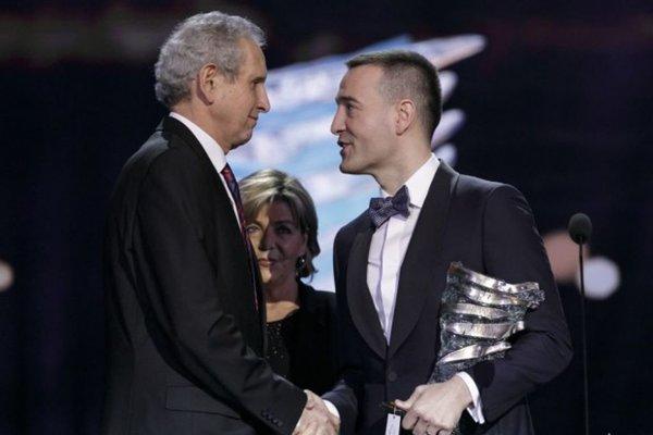 Minister zdravotníctva Tomáš Drucker odovzdáva patológovi Lukášovi Plankovi (vľavo) Krištáľové krídlo.