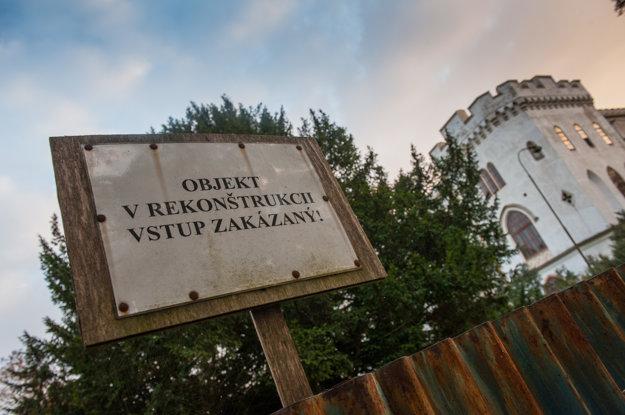 Kaštieľ v Rusovciach s parkom je národnou kultúrnou pamiatkou evidovanou v Ústrednom zozname pamiatkového fondu SR. Je v správe Úradu vlády SR.