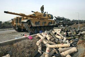 Tureckí vojaci pripravujú tanky na okraji tureckej hraničnej dediny Sugedigi so Sýriou.