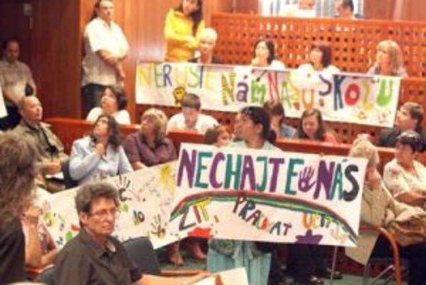Rodičia a zamestnanci zo základnej školy na Okružnej protestovali priamo na zastupiteľstve. Nepomohlo, ich školu zrušili.