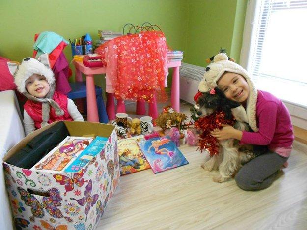Mimi a Sofinka počas Vianoc. Aj s darčekmi pomohli dobrodinci.