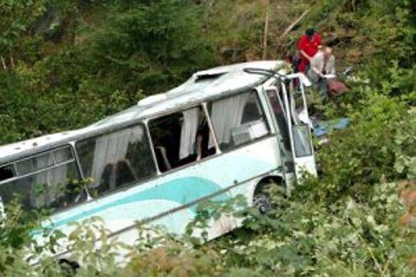 Autobus s folkloristami skončil v rokline