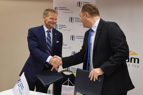 Viceprezident Európskej investičnej banky (EIB) Vazil Hudák (vľavo) a generálny riaditeľ spoločnosti Eustream Rastislav Ňukovič počas podpisu zmluvy o spolupráci.