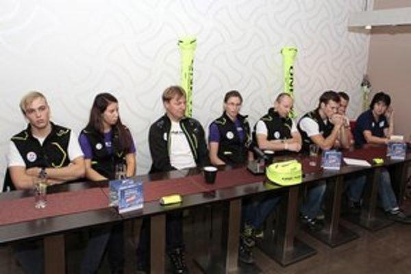 Tlačová  konferencia SLA. Zľava Andrej Segeč, Barbora Klementová, Ján Valuška, Alena Procházková, Martin Bajčičák, Peter Mlynár, Stanislav Holienčik a Jana Gantnerová.