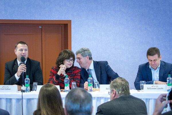 Podpredseda strany Most-Híd László Sólymos, predseda strany Most-Híd Béla Bugár a podpredsedníčka strany Most-Híd Lucia Žitňanská počas zasadnutia Republikovej rady strany Most-Híd.