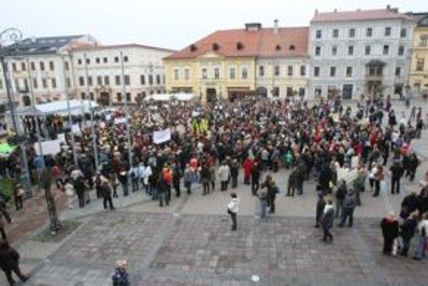 Na proteste v centre Banskej Bystrice sa zúčastnilo okolo dvetisíc zamestnancov škôl.