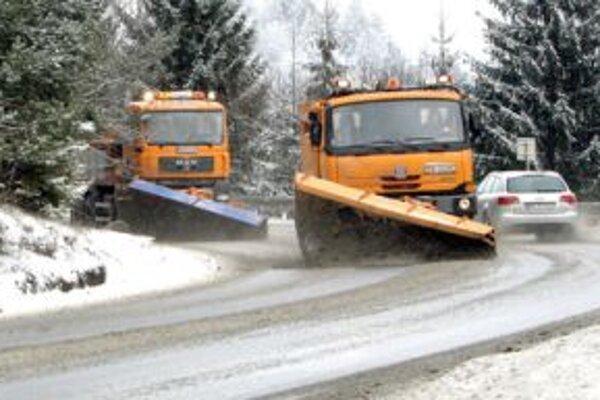 Situáciu na horských priechodoch komplikuje husté sneženie.