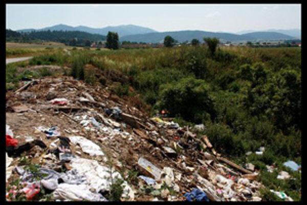 Za čierne skládky komunálneho odpadu zodpovedajú obce, pokiaľ sú na ich katastrálnom území.