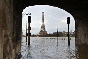 Hladina rieky Seina v Paríži stále stúpa a v stredu dosiahla 5,17 metra.