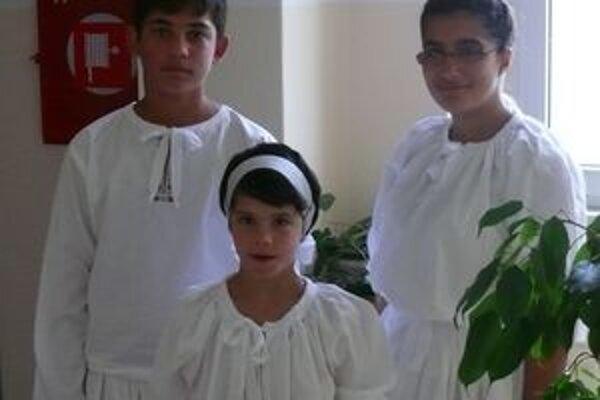 Diplomatom sa predviedli aj členovia školského tanečno-speváckeho súboru.