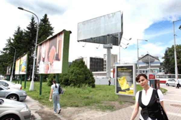Tento reklamný kolos v blízkosti budovy Mestského úradu sa mnohým Banskobystričanom nepozdáva.