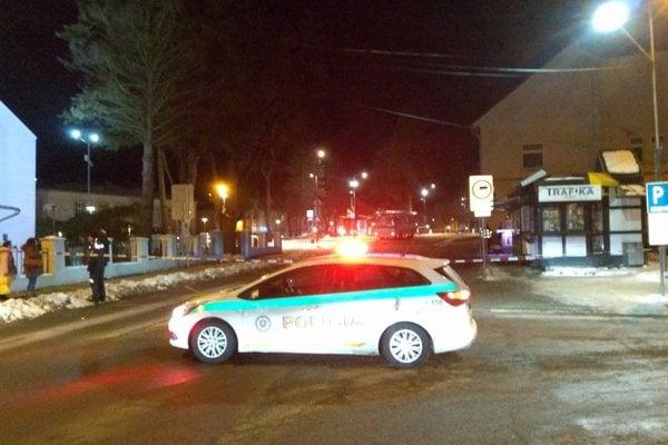Námestie baníkov v Handlovej, kde stojí autobus.