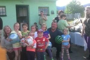 Detičky si zapózovali so starostom Vladimírom Pružincom.