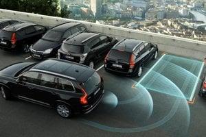 Parkovací asistent vďaka senzorom zaparkuje auto takmer bez pomoci vodiča.