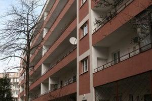 Obytný súbor Unitas stojí na Šancovej medzi Račianskym a Trnavským mýtom. Domy sú typické pavlačami.