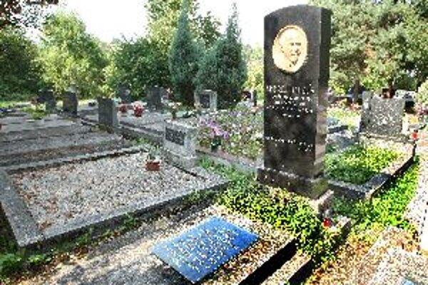 Fond je pomenovaný po bývalom starostovi Andrejovi Hanzlíkovi, ktorý je pochovaný na evanjelickom cintoríne.