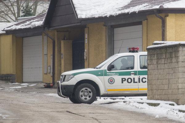 Rekonštrukciu vraždy sprevádzajú prísne bezpečnostné opatrenia. Polícia uzatvorila okolie.
