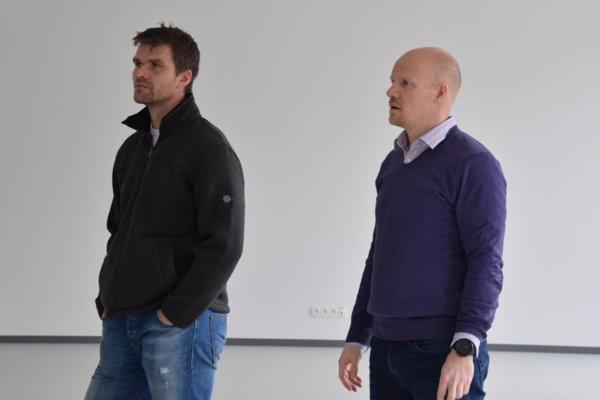 Jukka Tiikkaja (vpravo) s hokejistom Radovanom Somíkom.