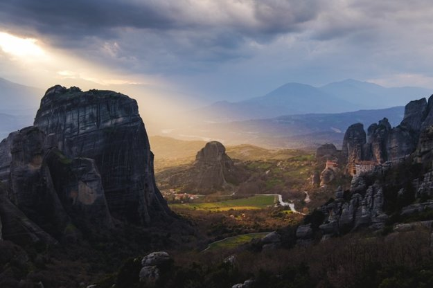 Meteora je rozsiahly a pôsobivý skalný komplex s kláštormi na unikátnych miestach.