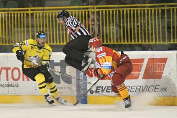 Vľavo Václav Stupka (MsHK Žilina) a Marek Pač (HK Dukla Trenčín) počas hokejového zápasu Tipsport Ligy MsHK Žilina - HK Dukla Trenčín.