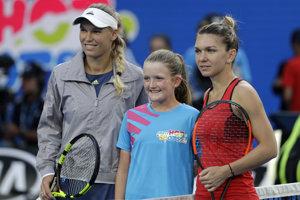 Caroline Wozniacka (vľavo) a Simona Halepová pred finálovým zápasom na Australian Open 2018.